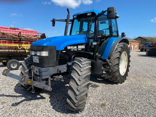 New Holland 8260 DL  med frontlift  - 2